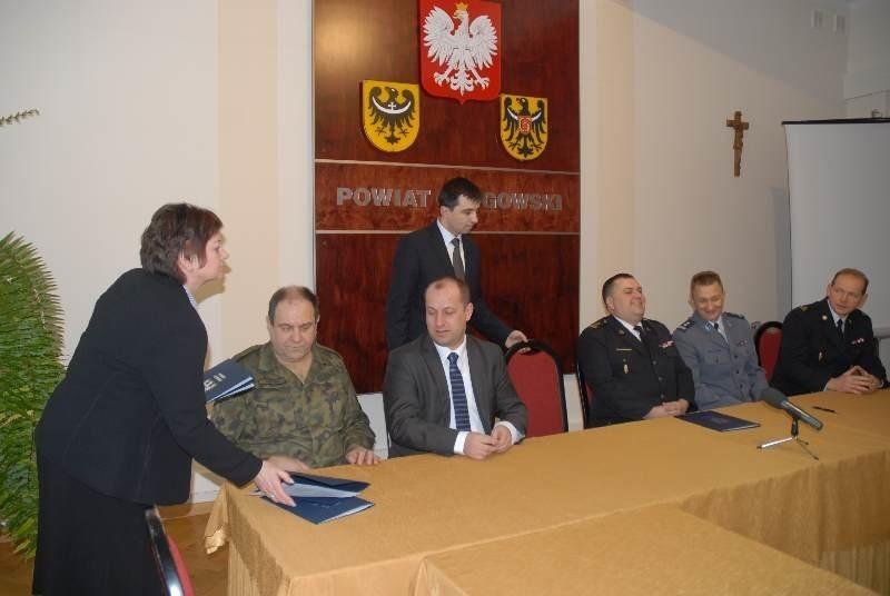 Porozumienie w sprawie utworzenia klasy mundurowej podpisali przedstawiciele szkoły, starostwa, wojaka, policji i straży