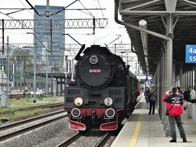 Parowóz Ol49-59 z wolsztyńskiej parowozowni na dworcu Poznań Główny