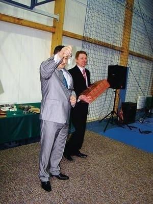 Dyrektor Jerzy Cachel z kluczami do nowego obiektu. Z tyłu starosta Józef Tomal. Fot. Maciej Hołuj