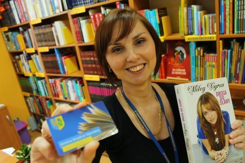 - Czytelnikom wydajemy za darmo plastikowe karty, które umożliwiają korzystanie z systemu - mówi Daria Szeliga z biblioteki.