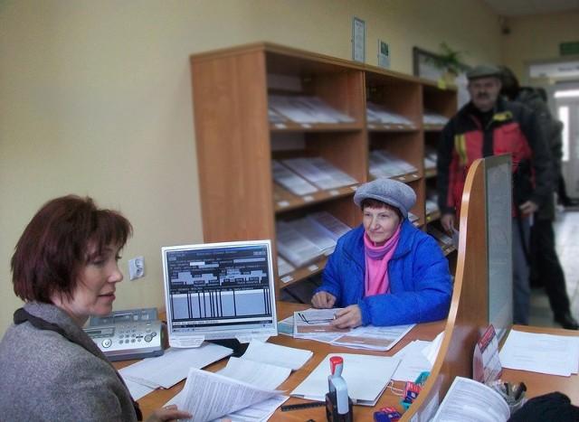 Korzystam z sobotnich dyżurów, bo pracuję i nie mam kiedy oddać zeznania podatkowego - mówi Barbara Biesiadzińska z Ciechocinka (na zdjęciu z prawej). PIT odbiera Renata Olszewska, komisarz skarbowy.