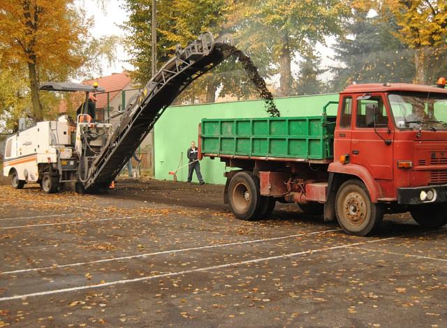 Ruszyły prace budowlane związane z kompleksową modernizacją kortów tenisowych przy ul. 17 Stycznia. W wyniku przetargu wykonawcą prac została firma Sofi Sport z Poznania.