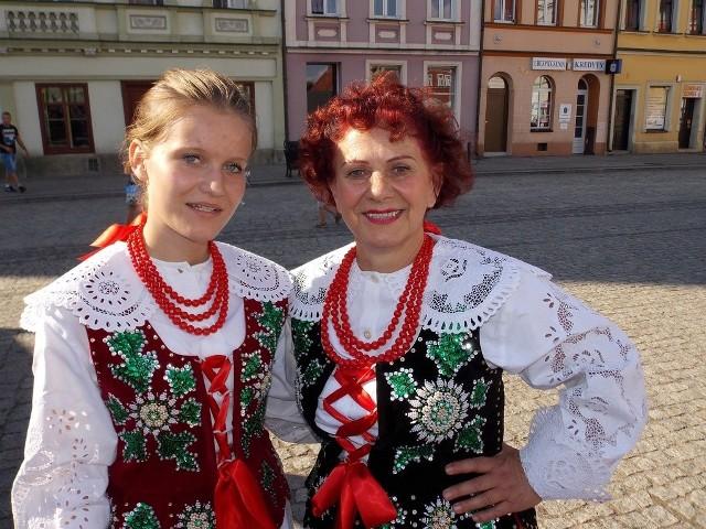 W zespole śpiewają całe pokolenia. Na zdjęciu Klaudia Pieńkosz wraz babcią Genowefą Nowak.