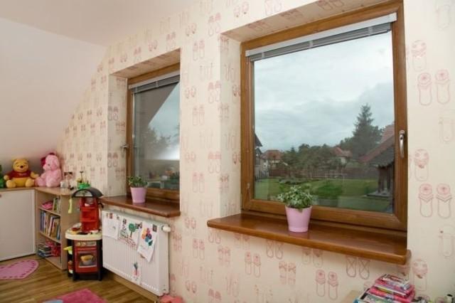 Producenci oferują okna przyjazne i bezpieczne dla dzieci, choćby okna z klamką na kluczyk albo przyciskiem zabezpieczającym przed otwarciem okna oraz bezpieczną szybę.