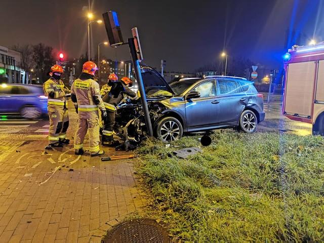 W wyniku zderzenia dwóch samochodów osobowych (opel i toyota), uszkodzony został sygnalizator świetlny.