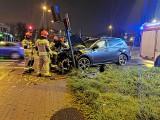 Wypadek na rondzie Skrzetuskim w Bydgoszczy. Samochód uderzył w sygnalizator świetlny [zdjęcia]