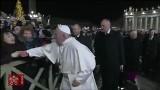 Papież uderzył w rękę kobietę, która nie chciała go puścić. Nagranie obiegło internet [WIDEO] Franciszek przeprasza za swoje zachowanie