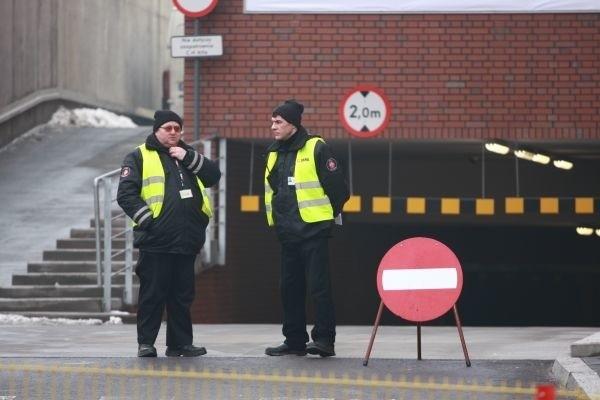 Ochroniarze blokują wjazd na parking przy galerii Alfa.