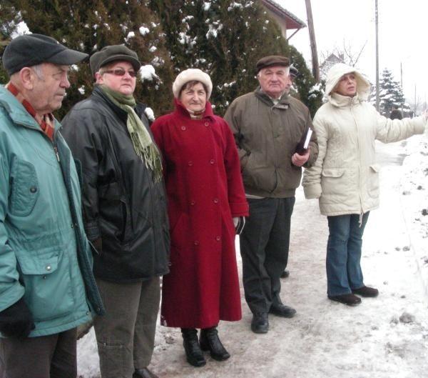 Mieszkańcy ulicy Jesionkowej przy dużych opadach śniegu muszą kilka razy dziennie, w tym wcześnie rano, chwytać za łopaty.