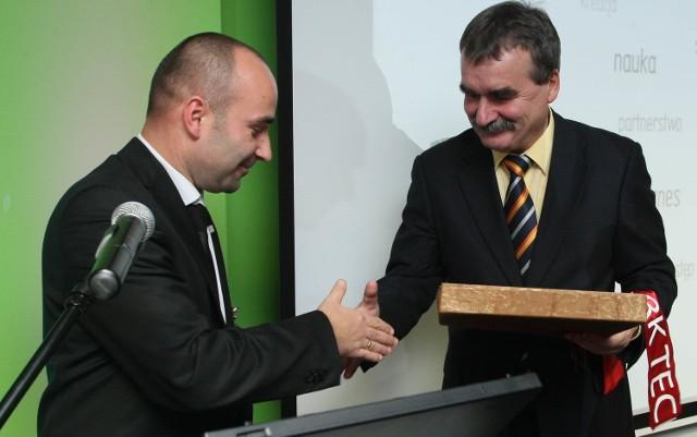 Szymon Mazurkiewicz, dyrektor Kieleckiego Parku Technologicznego dziękował prezydentowi Kielc Wojciechowi Lubawskiemu za duży wkład w powstanie Inkubatora Technologicznego i wręczył mu pamiątkowy medal.