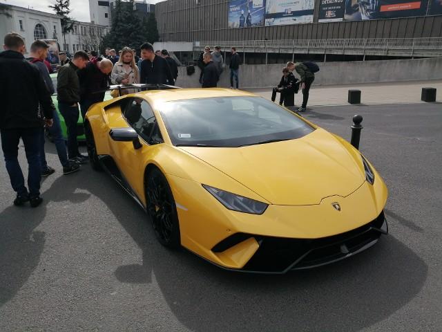 Lamborghini aventador to jeden z najchętniej obfotografowanych samochodów podczas Motor Show 2019