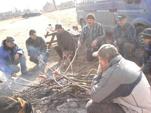 Gdy panowie wykonali podbudowę pod kontener, sołtys podziękowała im ogniskiem z kiełbaskami