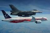 """Rocznicowy """"Dreamliner"""" wylądował na Okęciu. Asystowały mu myśliwce F-16 [GALERIA]"""