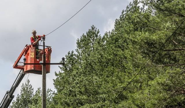 Masowa awaria energii elektrycznej to skutek zerwanych linii energetycznych i połamanych słupów
