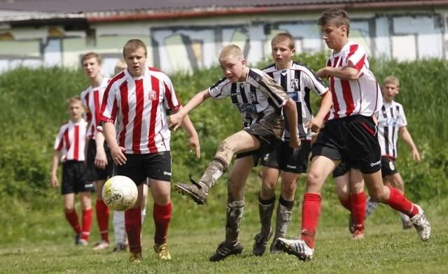 Młodzi piłkarze Resovii (biało-czerwone stroje) nie sprostali liderowi z Jasła w meczu Podkarpackiej Ligi trampkarzy młodszych. Czarni wygrali w Rzeszowie 6-1.