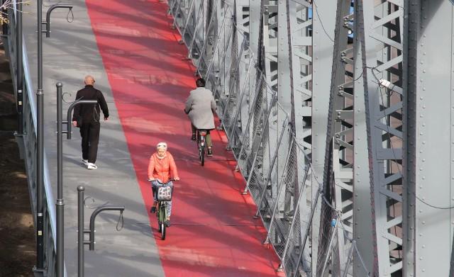 Montaż barier i tzw, błotochronów to jeden z ostatnich etapów robót na przebudowywanym moście