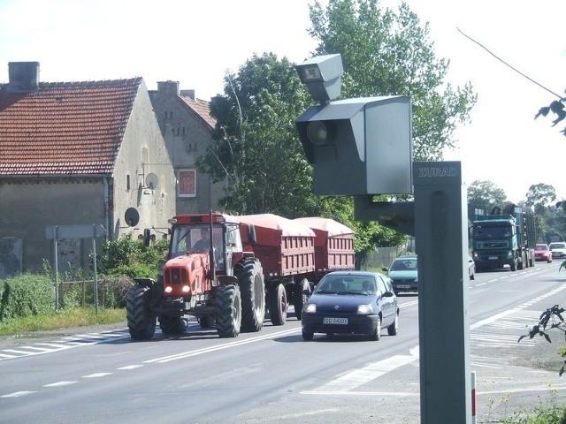 - Podwójnej ciągłej nie można przekraczać, wyprzedzać na  skrzyżowaniu również - mówi Andrzej Szczepański