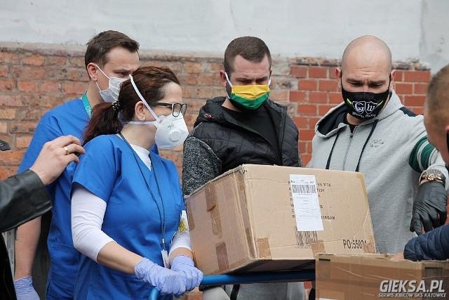 Kibice GKS Katowice pomagają szpitalom.   Zobacz kolejne zdjęcia. Przesuwaj zdjęcia w prawo - naciśnij strzałkę lub przycisk NASTĘPNE