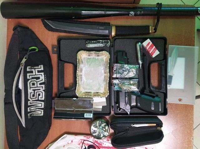 Policjanci w samochodzie znaleźli m.in. kij baseballowy, kilka sztuk noży, kominiarkę i pistolet gazowy.