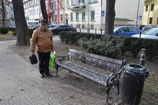 W MZD Stanisław Czoch usłyszał, że czekając na autobus, może sobie usiąść na ławce w parku. - Tak wygląda najbliższa - pokazuje