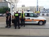 Bandyci zaatakowali na przystanku Centrum. Funkcjonariusz został kopnięty w głowę, trafił do szpitala! [zdjęcia, FILM]