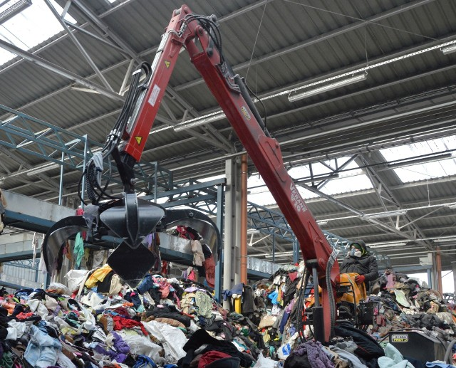 70 procent ubrań, trafiających do sortowni w Skarżysku – Kamiennej, nie nadaje się do noszenia. Są przetwarzane na paliwo alternatywne lub czyściwo.