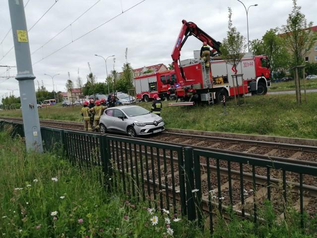 Samochód wpadł na tory tramwajowe na al. Havla w Gdańsku. 9.06.2020 r.