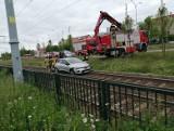 Wypadek w Gdańsku. Samochód wypadł z drogi i wpadł na tory tramwajowe na al. Havla. 9.06.2020 r. Są opóźnienia w ruchu komunikacji miejskiej