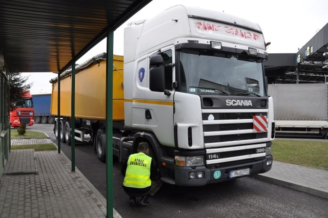 Na granicy w Korczowej sytuacja się stabilizuje. Na odprawę dłużej czekają tylko kierowcy ciężarówek.