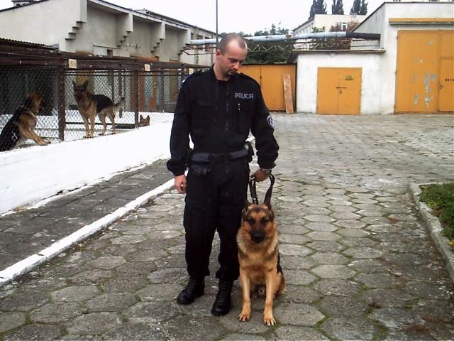 Starszy sierżant Paweł Podgórczyk wraz ze swym podopiecznym Manierem.