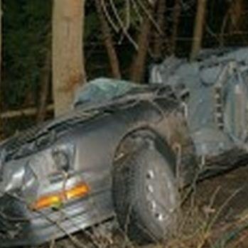 Strażacy musieli ciąć auto, żeby pomóc ofiarom wypadku.