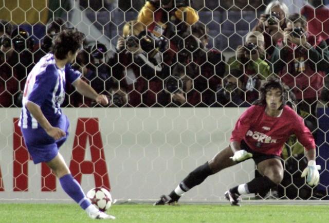 Pedro Emanuel strzela zwycięskiego gola dla Porto.