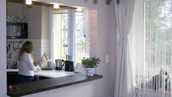 Otwarcie kuchni na duży pokój zwiększy optycznie niewielkie mieszkanie.