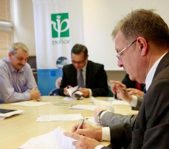 Porozumienie podpisali przedstawicie zarządu i wszystkich związków. Na zdjęciu tylko część sygnatariuszy, od lewej: Krzysztof Zieliński, przewodniczący NSZZ Solidarność w ZCh Police, prezes spółki Zbigniew Miklewicz oraz wiceprezes spółki Janusz Motyliński.