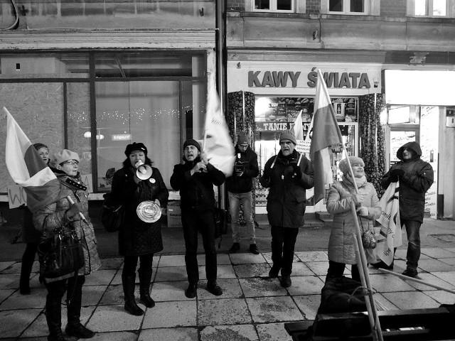 Członkowie Komitetu Obrony Demokracji w Gorzowie manifestowali w piątek przed biurem posłanki Elżbiety Rafalskiej