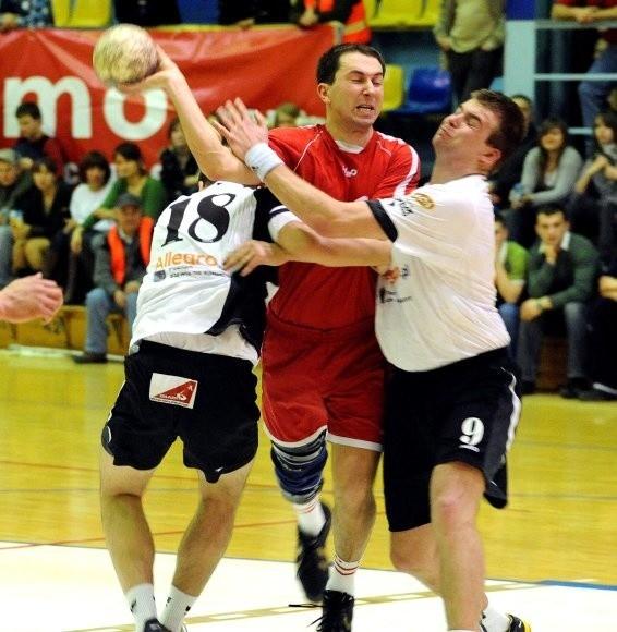 W sobotę łatwo piłkarzom ręcznym Pogoni Handball nie było. Na zdjęciu z rywalami przepycha się Łukasz Łangowski (z piłką).
