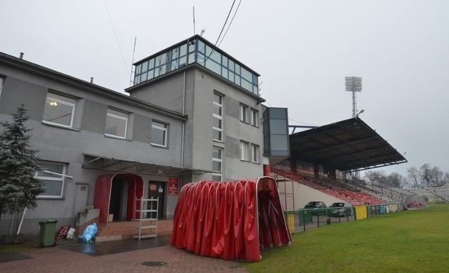 Widzew opuszcza budynek przy stadionie na al. Piłsudskiego.