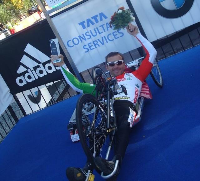 Rafał Wilk fetuje drugie miejsce w ubiegłorocznym Maratonie Berlińskim.