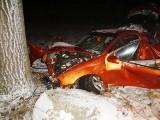 Opel uderzył w drzewo. Dwie osoby ranne. (zdjęcia)