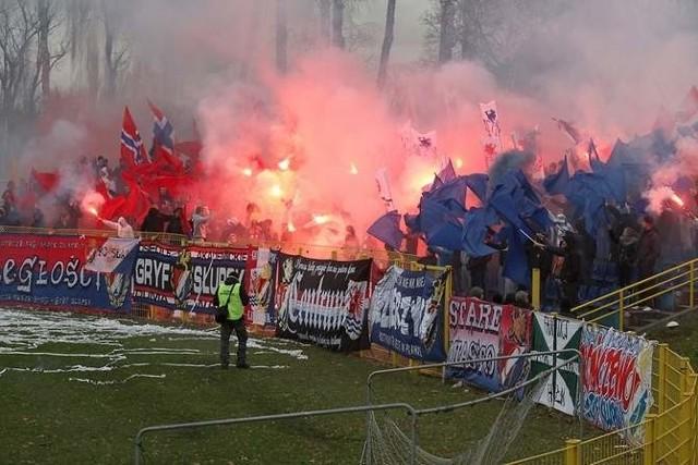 Trzy porażki Gryfa Słupsk w trzech pierwszych meczach III ligi rozpoczęły polowanie na czarownice. Piłkarze i trener już poddawani są krytyce.