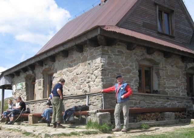 Bieszczadzkie schroniska zarabiają na turystachSlynna Chatka Puchatka na Połoninie Wetlińskiej i i jej legendarny gospodarz Lutek Pińczuk, pierwszy z prawej.