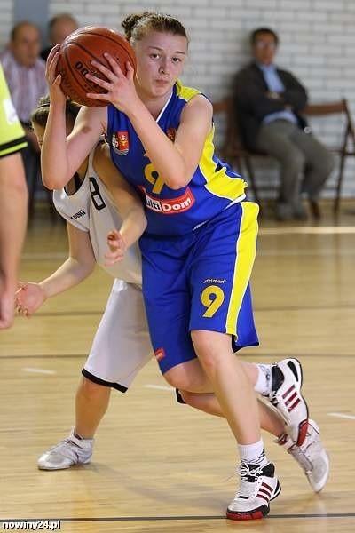 Lotnik (żółto-niebieskie stroje) solidnie zaprezentował się w Kobylnicy i awansował do finałowego turnieju.