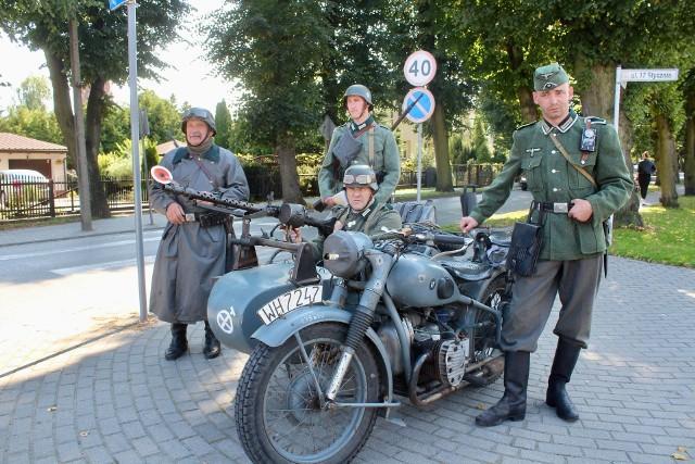 Żołnierze-rekonstruktorzy w mundurach Wehrmachtu są obecni we wtorek (7 września) w okolicach Rynku i centrum Gniewkowa, a także na całej długości ulicy Dworcowej na skrzyżowaniach z 17 Stycznia oraz Piasta