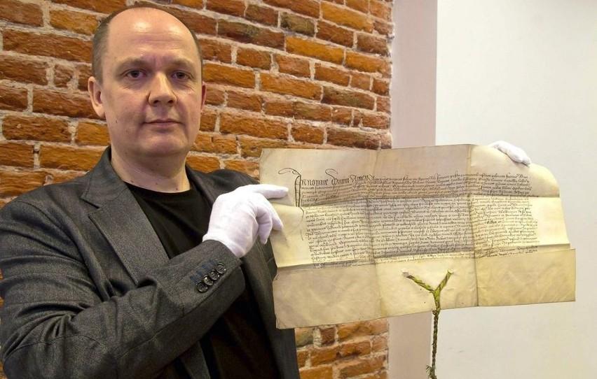 Krzysztof Laszkiewicz z odnalezionym historycznym dokumentem...