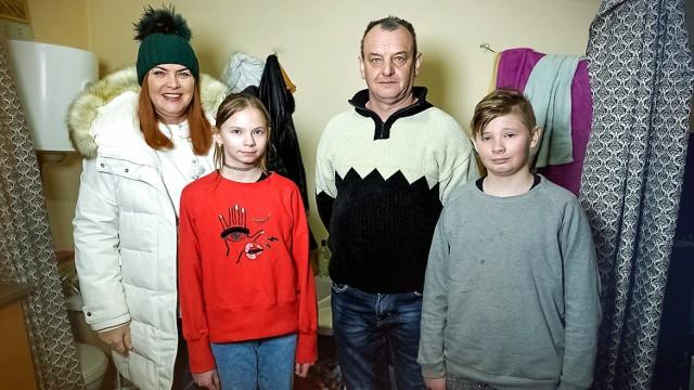 """Prowadząca """"Nasz Nowy Dom"""" Katarzyna Dowbor z rodziną Kociszewskich: Wiktorią, Stanisławem oraz Kamilem."""