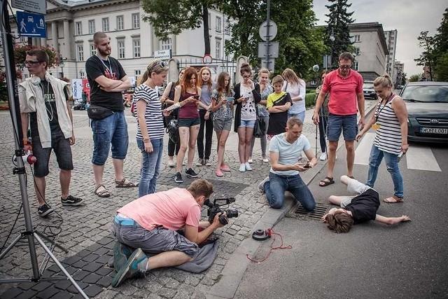 Jednym z głównych punktów programu Kameralnego Lata są zawsze warsztaty młodych filmowców. Tak wyglądały rok temu w Radomiu.