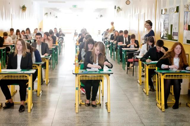"""Egzamin gimnazjalny 2018 przecieki! Wyciekły arkusze i pytania CKE. """"Wiemy, co będzie na egzaminie gimnazjalnym"""""""