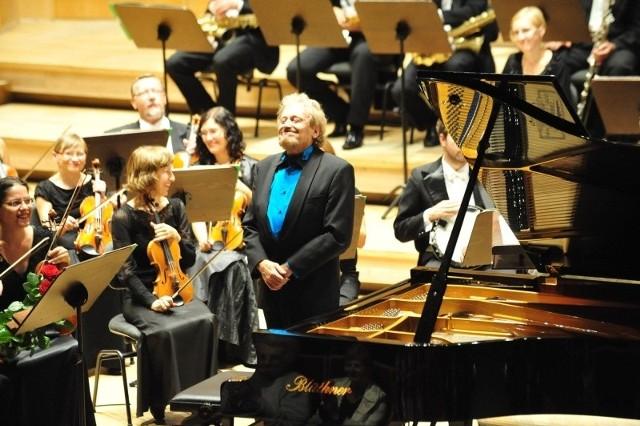 """Gwiazdą wieczoru był światowej sławy pianista jazzowy, Adam Makowicz, który zachwycił wykonaniem """"Błękitnej rapsodii"""" Gershwina."""