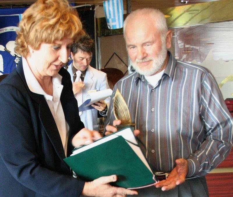 Edward Zając (z prawej) odbiera od przedstawicielki Telewizji Polskiej nagrodę za samotny rejs w ramach regat Unity Line - wrzesień 2007 roku.