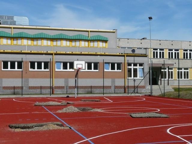 Na boisku do koszykówki i siatkówki potrzebne są poprawki. Część nawierzchni została ściągnięta.